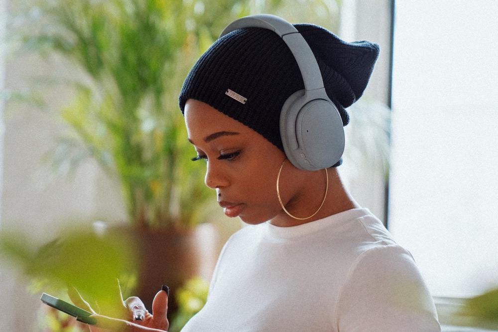 woman-wearing-wirelsess-headphones
